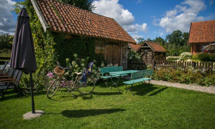 rowery stoją przed domem