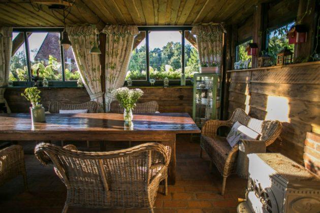 wnętrze salonu z wiklinowymi meblami