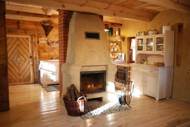 kominek, kuchnia, drewniana podłoga, drewno do kominka