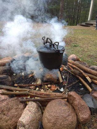 kociołek nad ogniskiem, ognisko pali się, widać dym