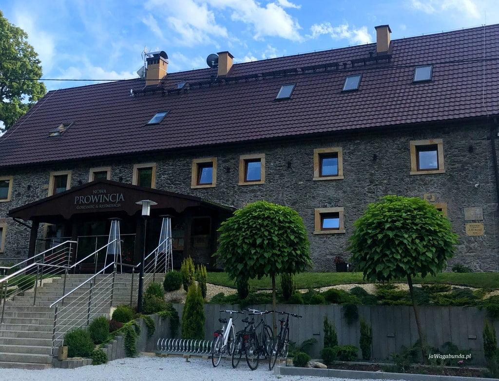 kamienny dom w górach przed nim rowery