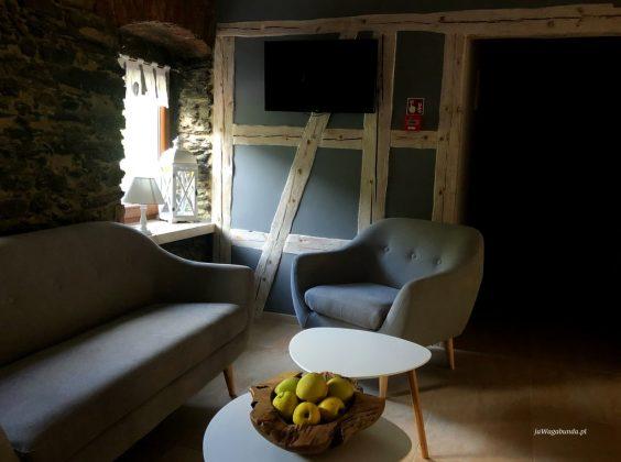 wnętrze starego domu, odnowionego, z zabudową szachulcową