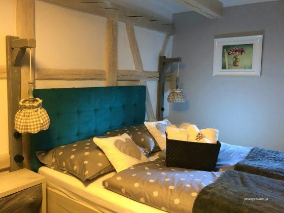 pokój hotelowy z pościelą kolorową, ręczniki i szlafroki na wyposażeniu pokoju