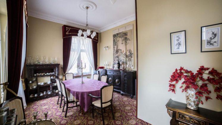 stół i krzesła w restauracji z ładnym wnętrzem