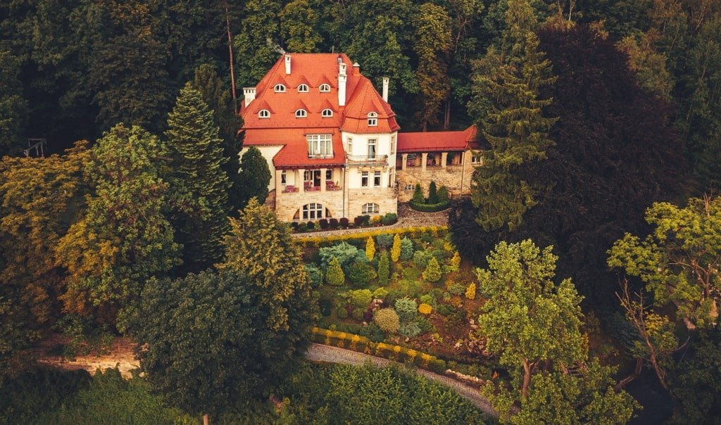 piękna stara willa w otoczeniu zieleni - widok z góry