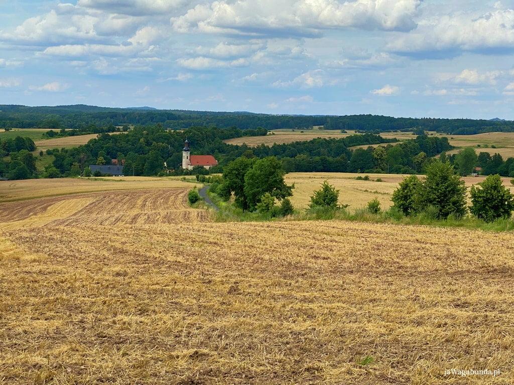 wioska położona w dolinie wśród zielonych łąk i pół