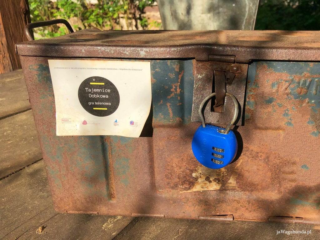 metalowa skrzynia z kłódką i napisem, że w środku znajduje się nagroda