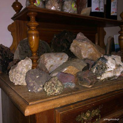 skały i agaty ułożone na komodzie w wielką pryzmę