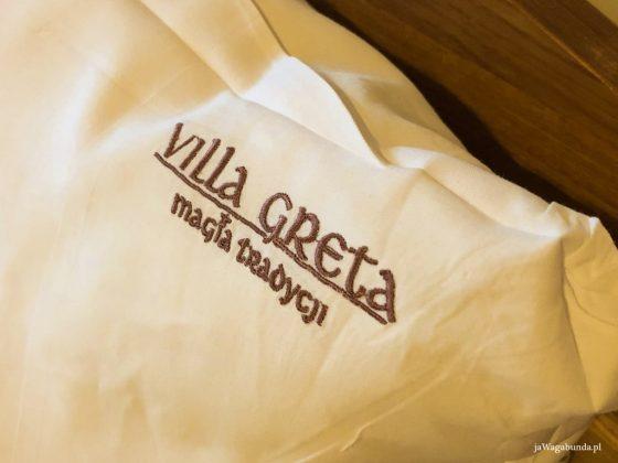 Villa Greta siła tradycji napis wyhaftowany na białej poduszce
