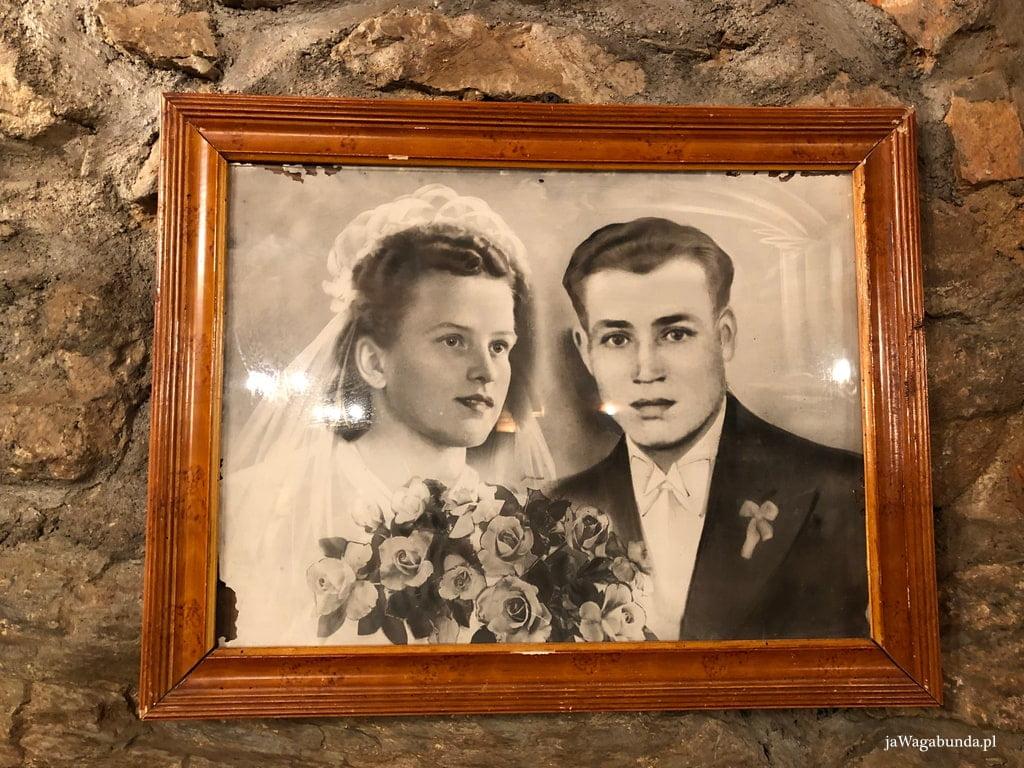 kobieta i mężczyzna na portrecie ślubnym oprawionym w drewnianą ramkę