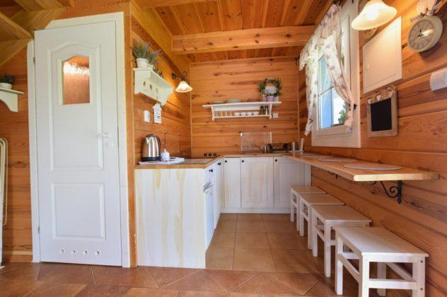 ankes kuchenny w domku , drewniane wnętrze, białe meble