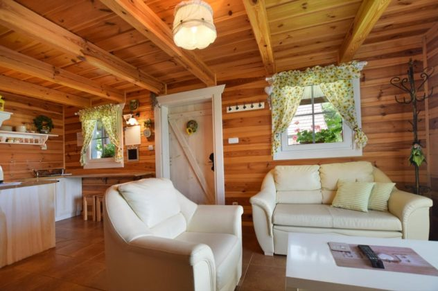 elegancki drewniany salon z jasnymi kanapami