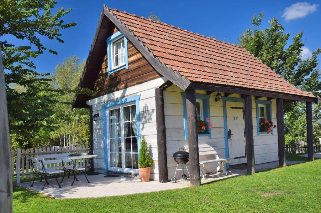 pomalowany na biało domek z niebieskimi wykończeniami