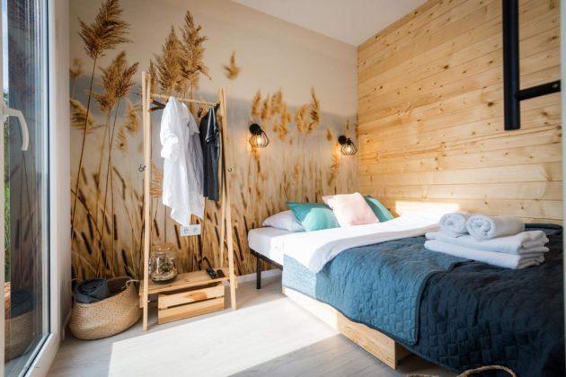 sypialnia, na ścianie tapeta przedstawiajace pole pełne zboża