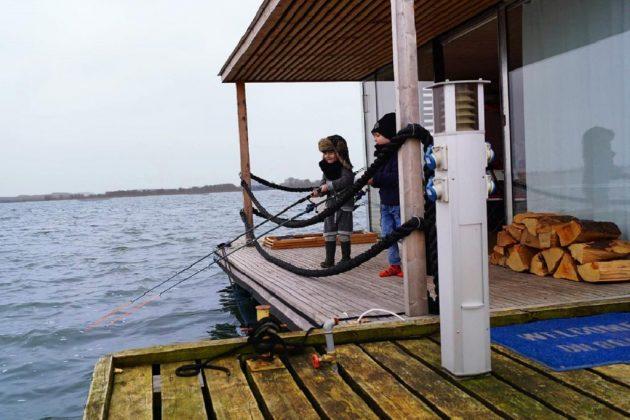 chłopcy łowią ryba stoją na pomoście