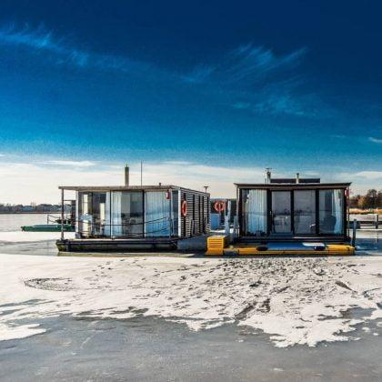 domki na wodzie a wokół śnieg i lód