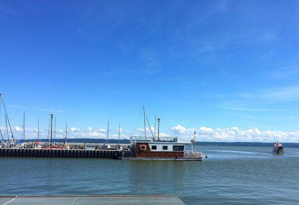 łódź w marinie na jeziorze - nocleg na wodzie na Mazurach
