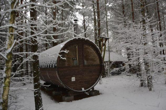 sauna w lesie ruska bania zasypana śniegiem