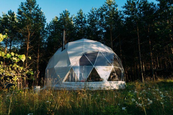 namiot kopuła glamping w lesie
