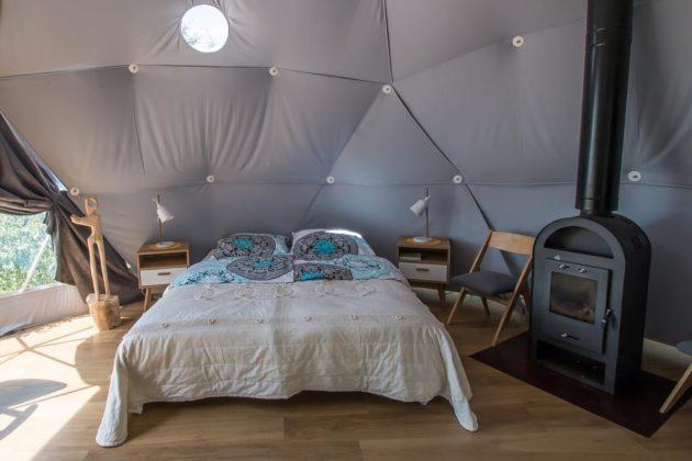 podwójne łóżko w namiocie glamping