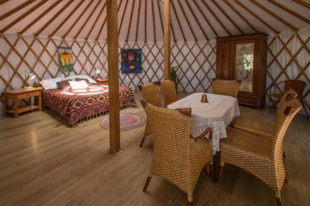 wnętrze namiotu jurta