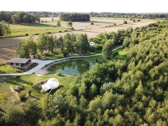 jezioro i domki - przeźroczyste bańki z lotu ptaka