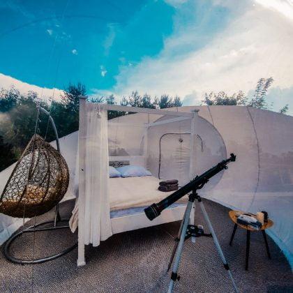 teleskop w przeźroczystej bańce do spania