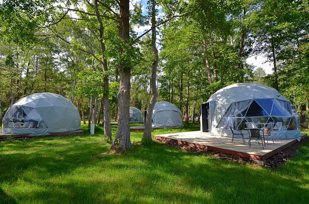 namioty glamping rozlokowane w lesie