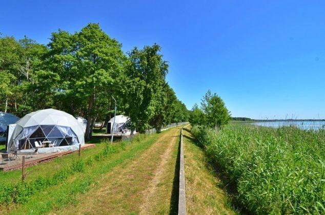 namioty glamping położone w lesie w pobliżu wody