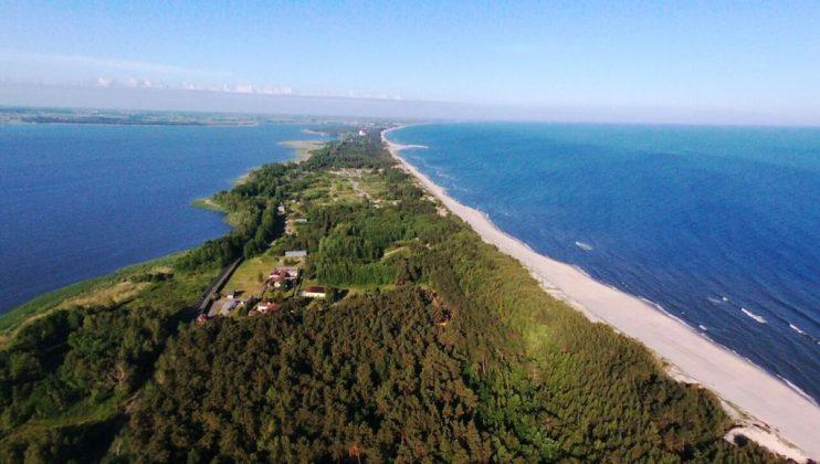 półwysep pomiędzy morzem a jeziorem, na którym znajduje się glamping