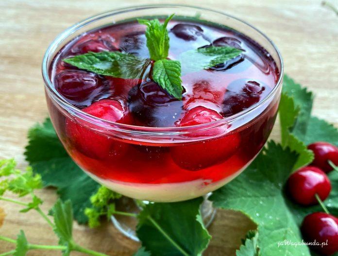 krem, owoce i galaretka w szklanym naczyniu