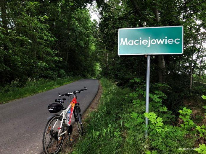 rower pod tabliczką z nazwą miejscowości