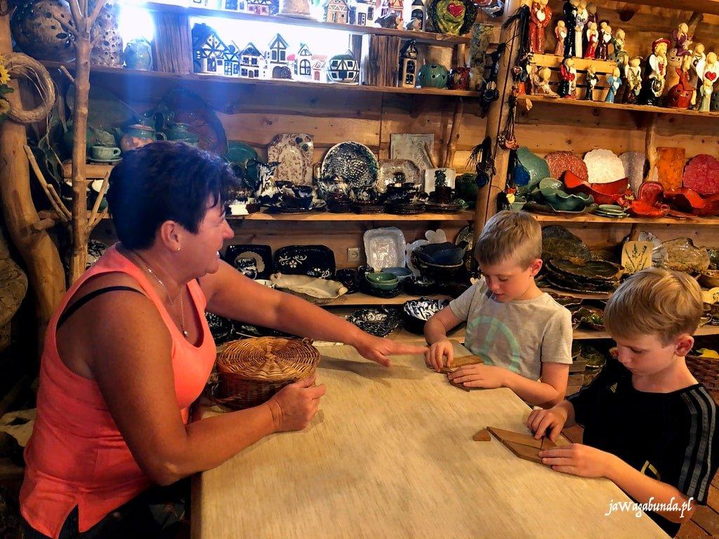 kobieta i dwoje na warsztatach ceramicznych