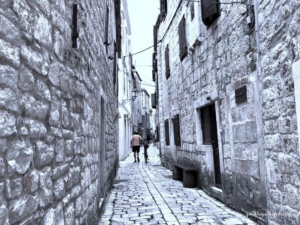 brukowana uliczka i kamienne domy w Chorwacji