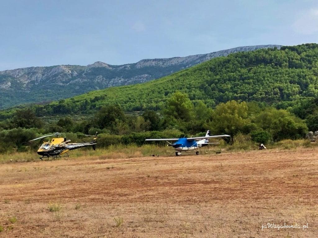 dwa małe samoloty awionetki na trawiastym lotnisku