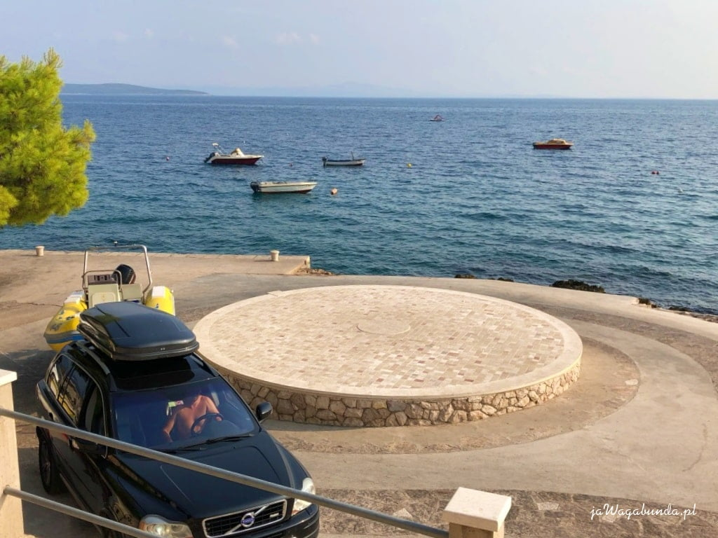samochód, rondo tuż nad morzem