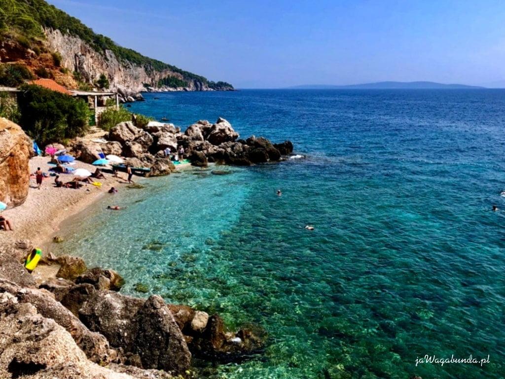plaża kamienista z turkusową wodą