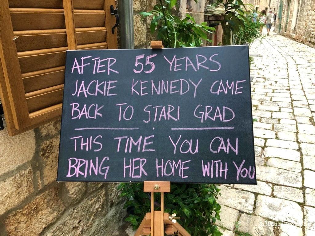 tablica z napisem w języku angielskim