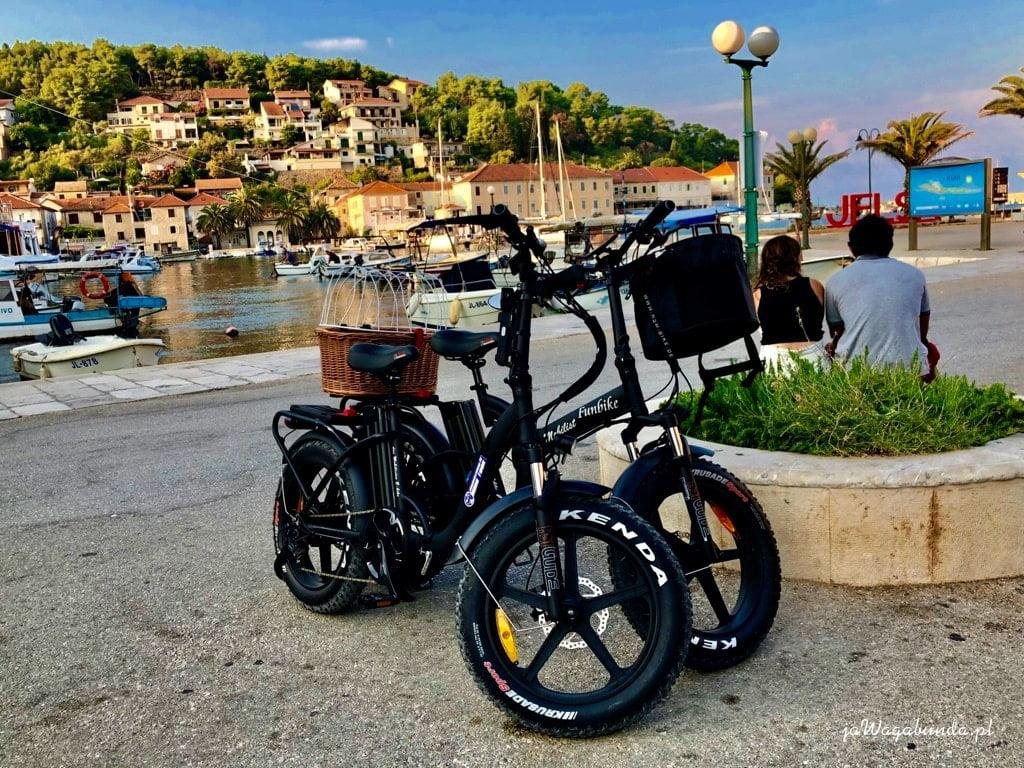 dwa rowery zaparkowane w pobliżu brzegu morza