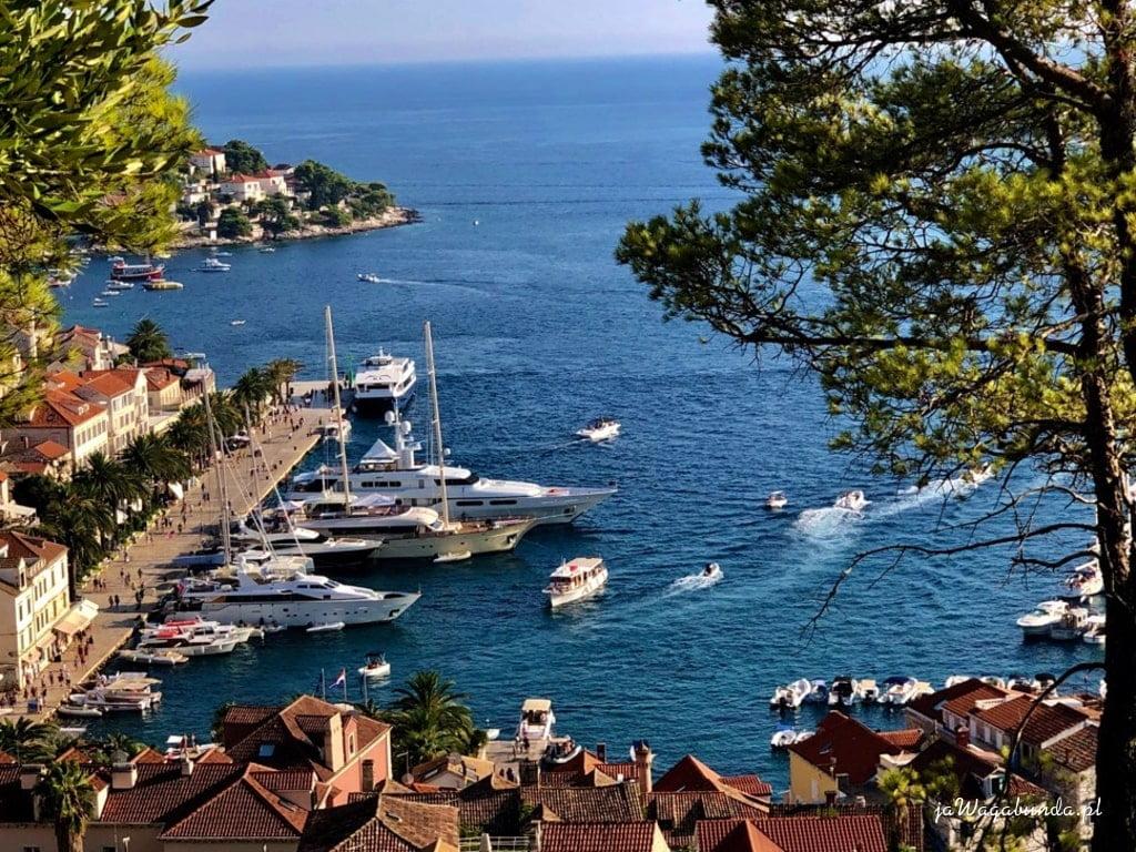 widok na kamienne miasto, jachty i niebieskie morze
