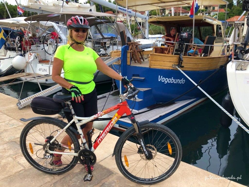 kobieta, rower i łódka