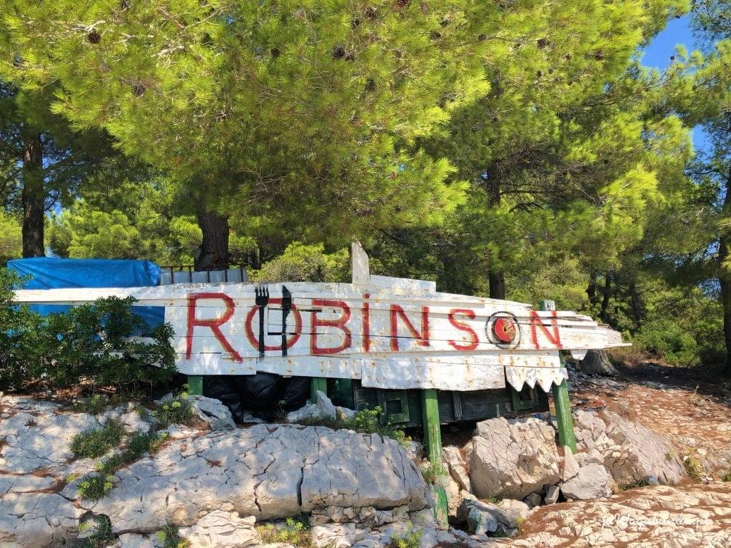 napis robinson na desce na wybrzeżu