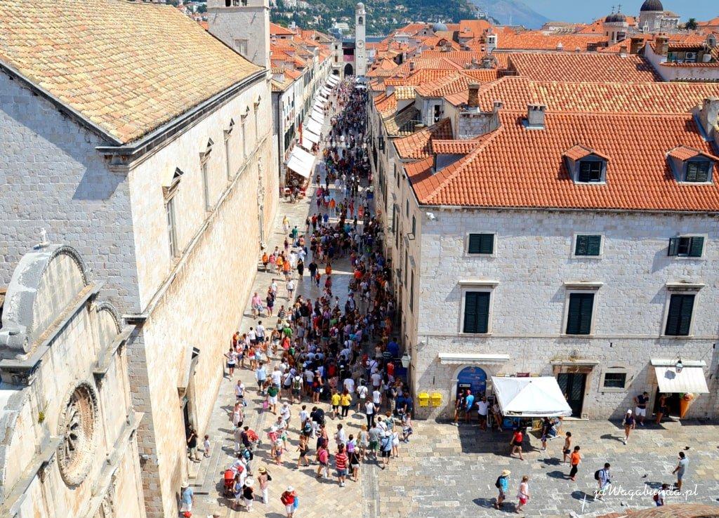 domy w starym mieście, ludzie na ulicach, widok z góry