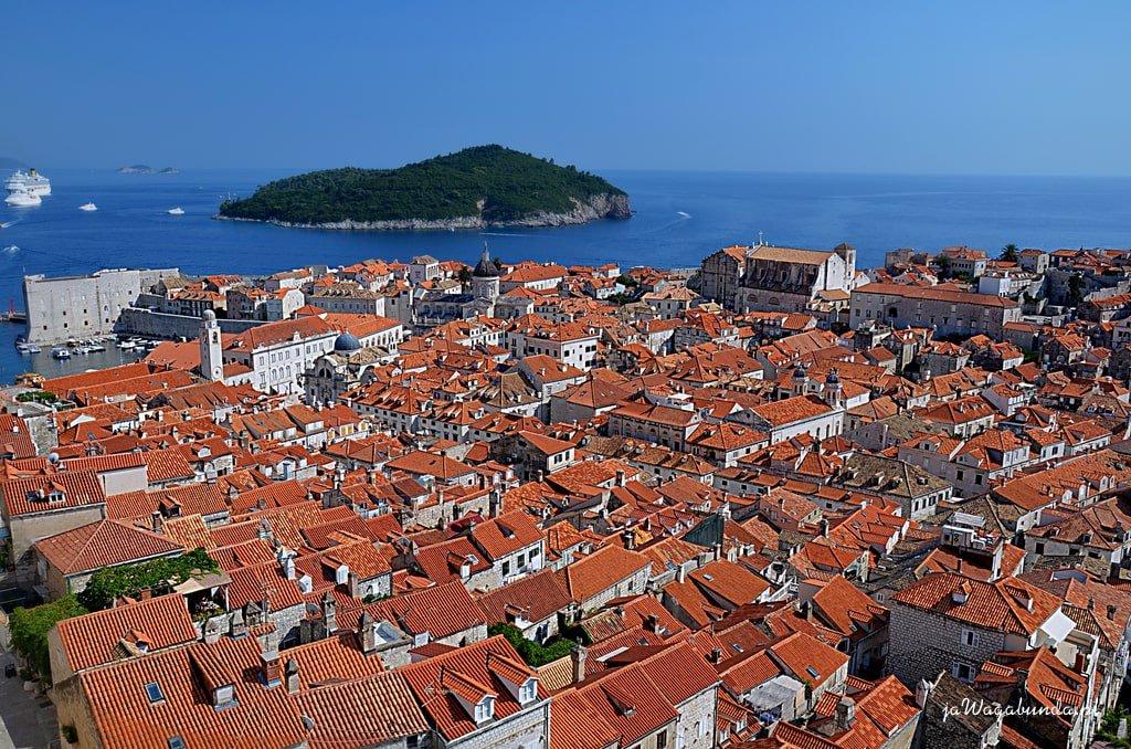 czerwone dachy Dubrownika i wyspa obok i niebieski Adriatyk
