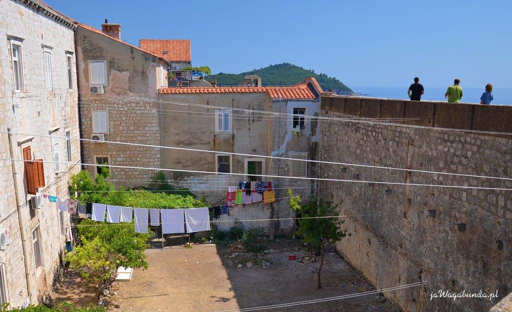 podwórka, stare domy wokół, pranie na sznurach rozwieszone