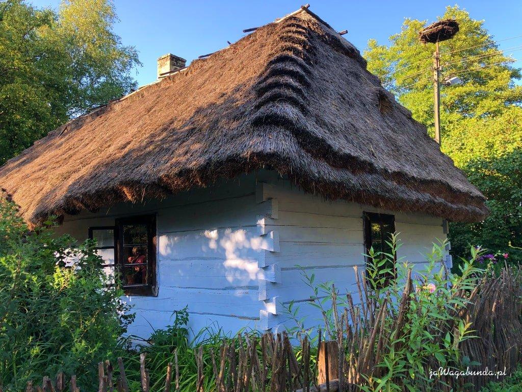 drewniany dom kryty strzechą