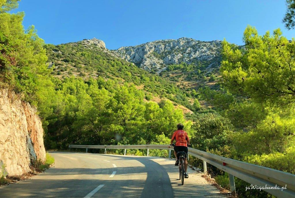 kobieta na rowerze w górach