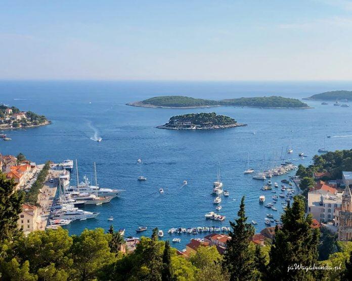 widok z góry na morze i małe wysepki