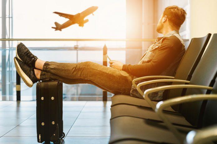 mężczyzna, samolot i jet lag
