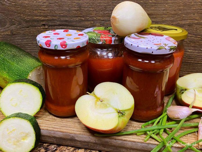 słoiki z ketchupem z cukinii oraz warzywa: cukinia, jabłko, cebula